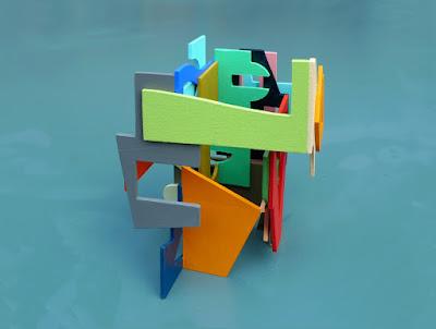 assemblage de formes colorées en bois qui sont enroulées debout