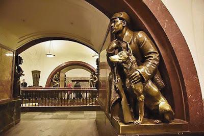 Скульптура пограничника с собакой в Москве