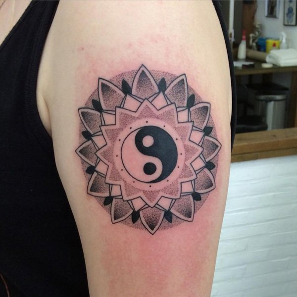 tatuaje de yin yang dentro de un mandala y la flor del loto