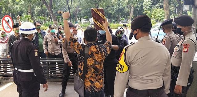 Gugat UU Corona Ke MK, Puluhan Aktivis ProDEM Teriakan Yel-Yel 'Turunkan Jokowi'