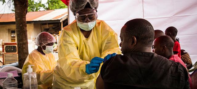 Un trabajador sanitario vacuna a un hombre contra el virus del ébola en Beni, en el este de la República Democrática del Congo.Banco Mundial/Vincent Tremeau