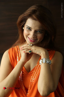 Actress Saloni Aswani Pos in Short Dress at Meelo Evaru Koteeswarudu Movie Interview  0089.JPG