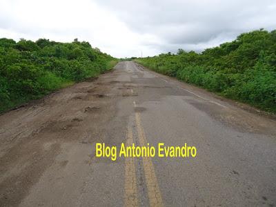 Reriutaba:Trecho da CE 329 entre Amanaiara e Cariré está em péssimas condições de tráfego.