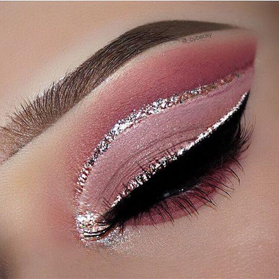 Se você ama maquiagens lindas, com um toque de brilho. Você vai pirar na nova tendências para esse tipo de make que vem crescendo cada vez mais. Aqui você vai encontrar 5 makes maravilhosas com brilho, para você se inspirar e arrasar.