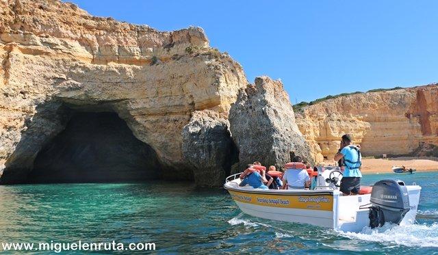 Cuevas-Benagil-embarcación-ligera