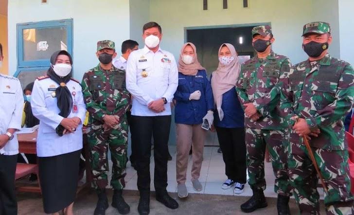 Kasrem Wakili Danrem 141/Tp, Didampingi Dandim Gowa Meninjau Pelaksanaan Serbuan Vaksinasi