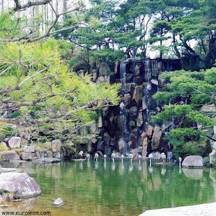 Catarata rodeada de pinos en Gyeongju