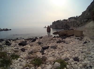 Ukryte miejsca Sycylii kamienie obok plaży Isola Bella