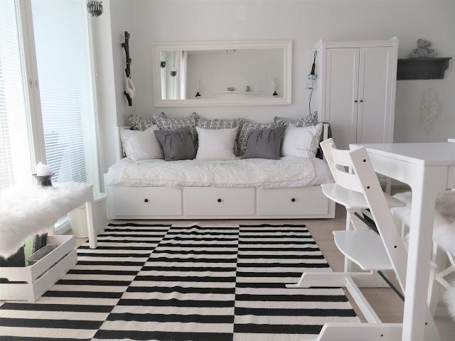"""Sohvasänky on """"olohuoneen"""" kalusteita vastapäätä"""