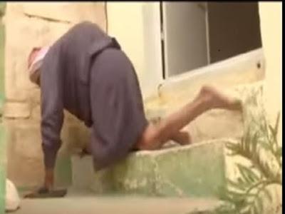 Subhanallah, Kakek 77 Tahun ini Pergi ke Masjid dengan Merangkak