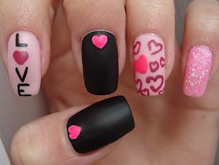 uñas pintadas love rosado y negro
