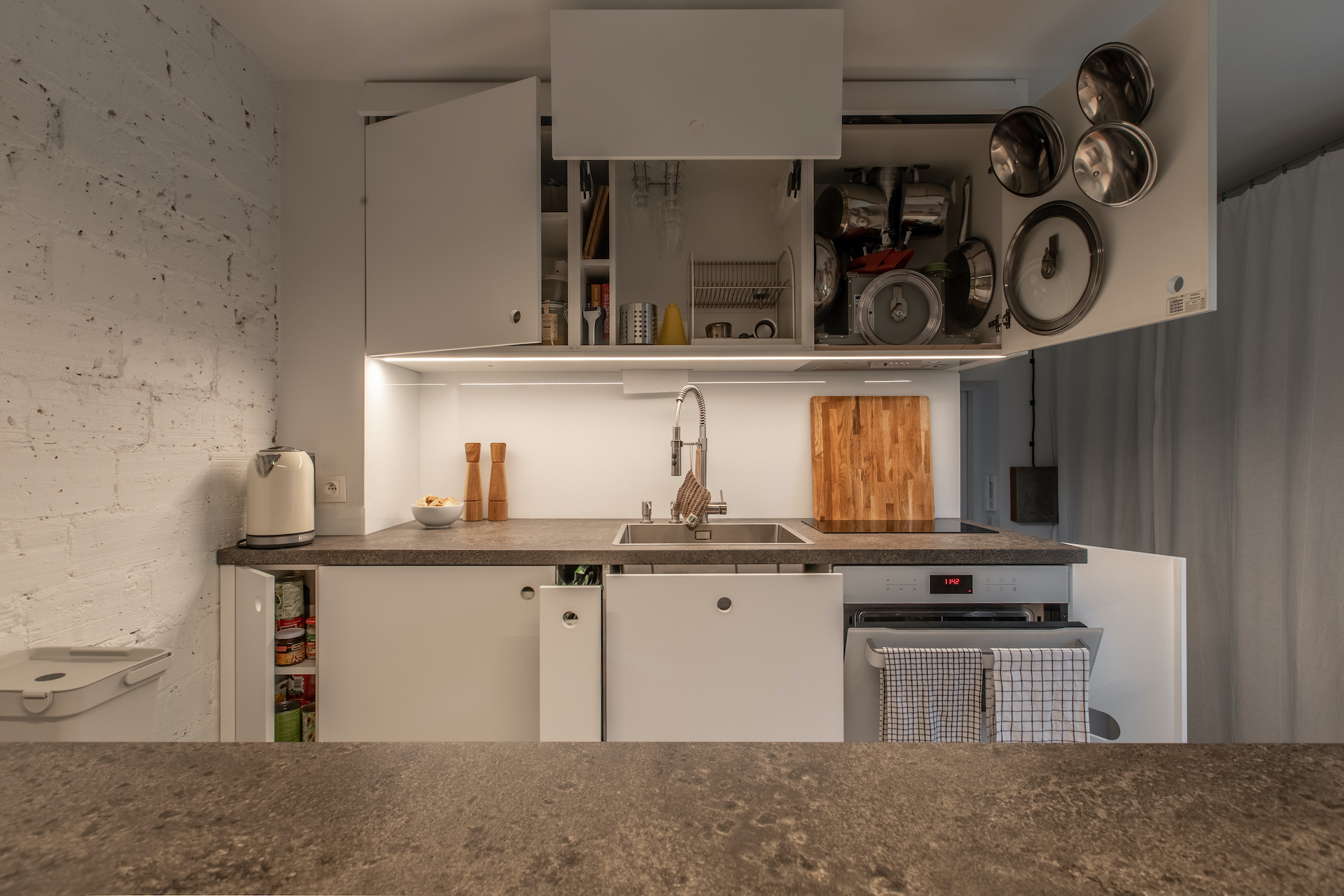 jak urządzić domek letniskowy - organizacja szafek w małej kuchni