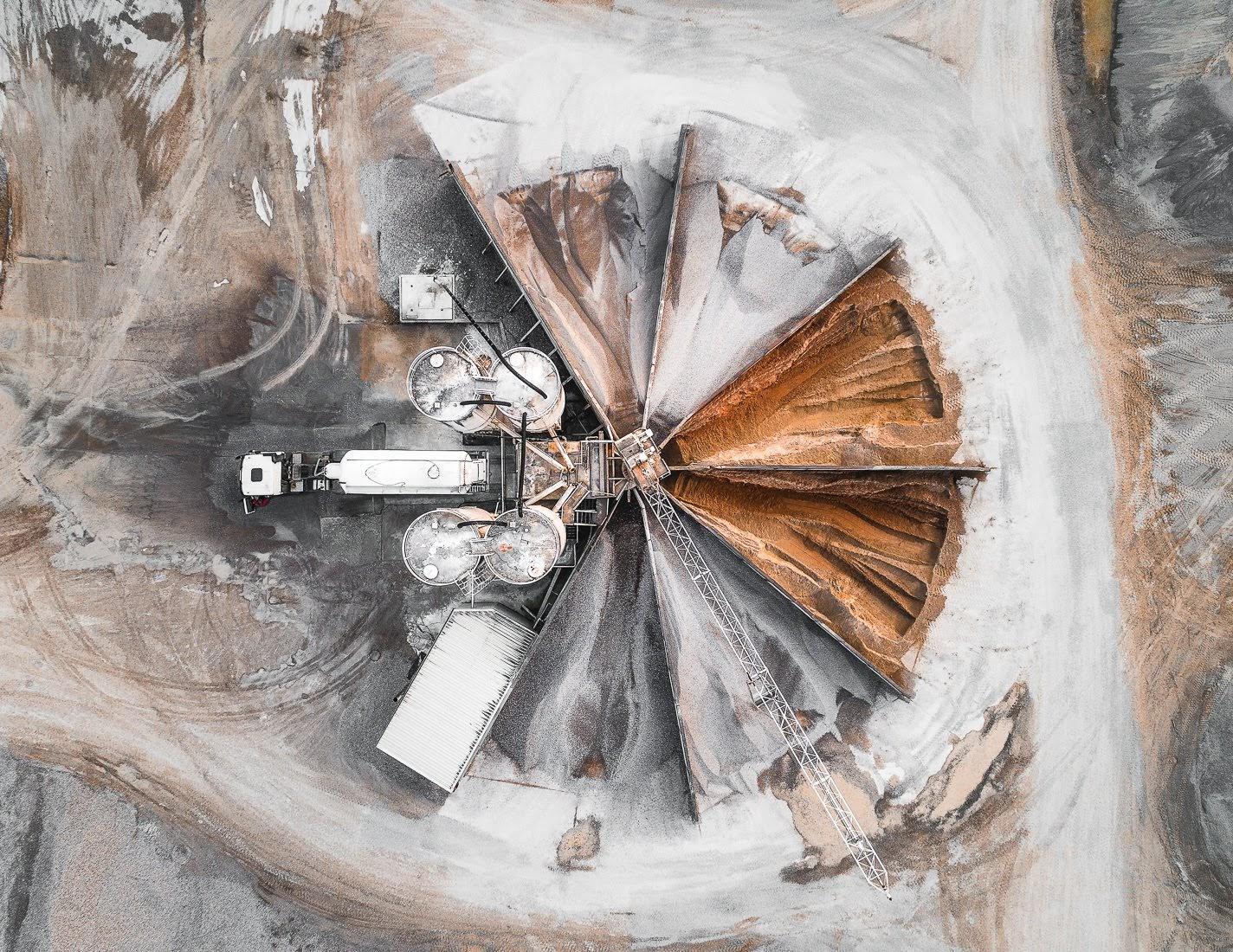 Visió zenital de la zona de càrrega d'àrids d'una pedrera