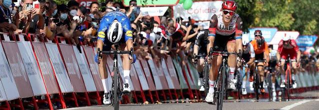Florian Sénéchal (esquerda) faz esforço para ganhar a 13ª etapa da Vuelta a España