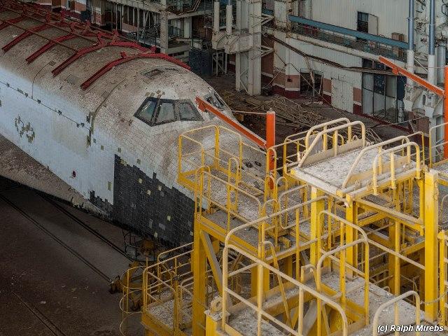 Transbordador espacial ruso abandonado