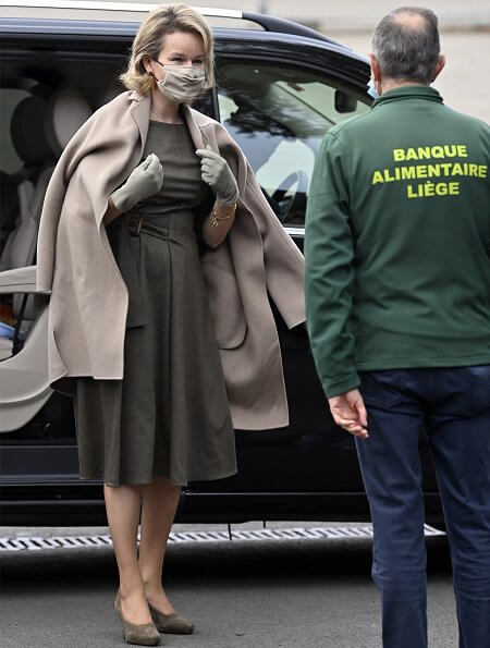 Queen Mathilde wore a khaki wool belted dress and camel wool cashmere coat from Natan FW20 collection. Delphine Nardin gold earrings