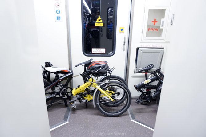 Sepeda diletakkan di belakang agar tidak mengganggu penumpang yang lain
