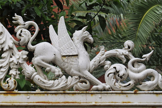 Hippogriff on a gate, via Roma, Livorno
