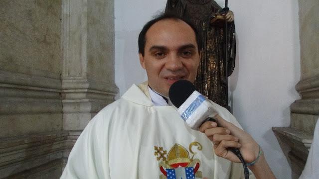 Padre Nilson Nunes revela que exame de coronavírus deu positivo e permanecerá isolado.