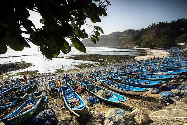 foto perahu nelayan yang ada di pantai menganti