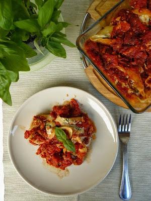 Muszle nadziewane serami zapiekane w sosie pomidorowym