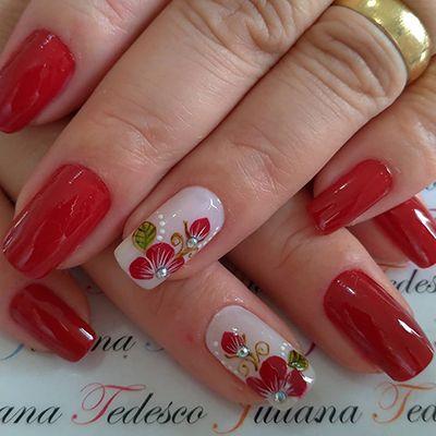 unhas com florzinhas vermelhas