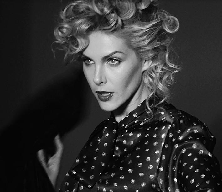 Ana Hickmann se prepara para lançar a coleção de inverno 2017 de sua grife  homônima, a Ana Hickmann Collection, cuja campanha foi estrelada por ela  própria ... bcc553c686