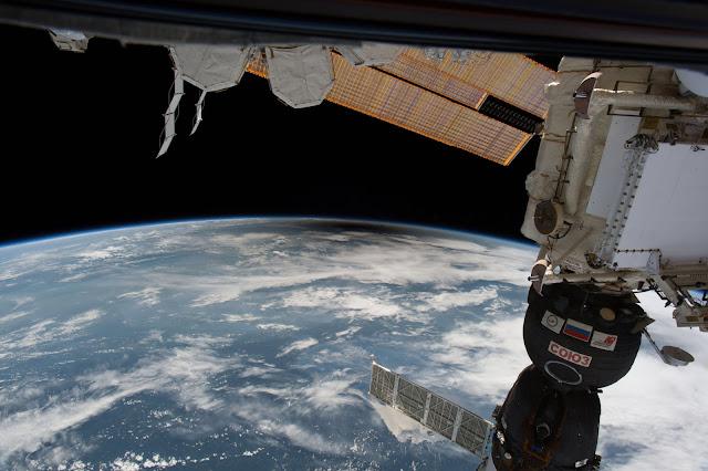 Bóng tối của Mặt Trời bị Mặt Trăng che khuất đổ lên Trái Đất được nhìn thấy từ Trạm Không gian Quốc tế (ISS). Hình ảnh: ISS.