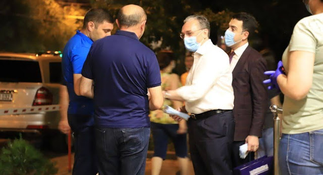 Funcionarios distribuyen máscaras en Ereván