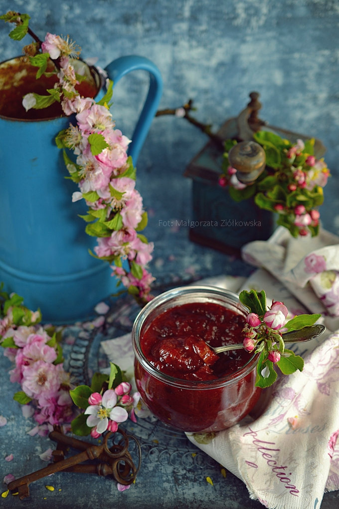 Konfitura rabarbarowa z rodzynkami macerowanymi w rumie