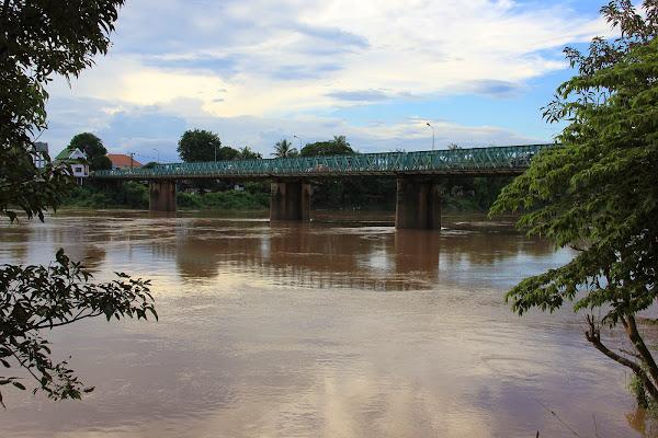 Puente frances sobre el rio Sedone a su paso por Pakse