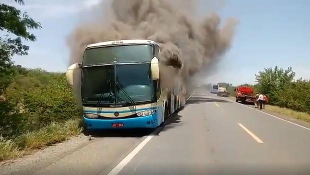 Ônibus da Novo Horizonte pega fogo próximo a Oliveira dos Brejinhos-BA