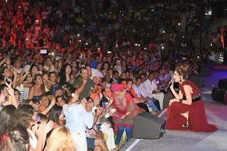 نانسي تلهب القلوب بفستانٍ أحمر خمري اللون  في مهرجان قرطاج الدولي!