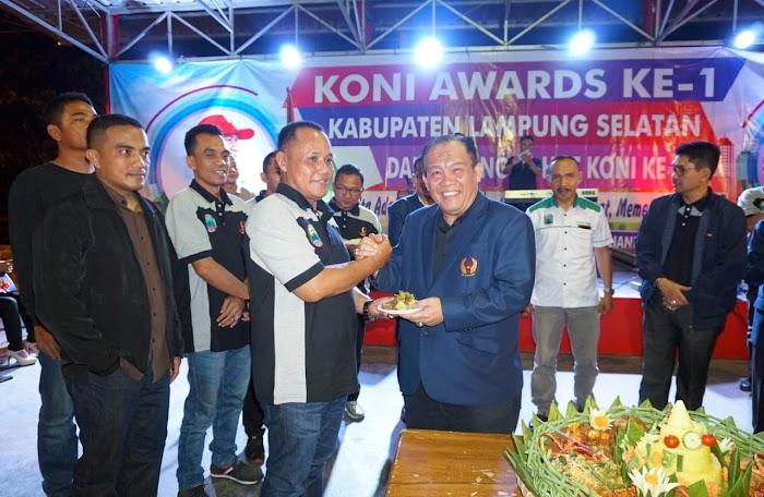 Dalam Rangka Hut KONI Lamsel Ke-81,Memberikan Penghargaan kepada Atlit-Atlit Berprestasi Di Lamsel.