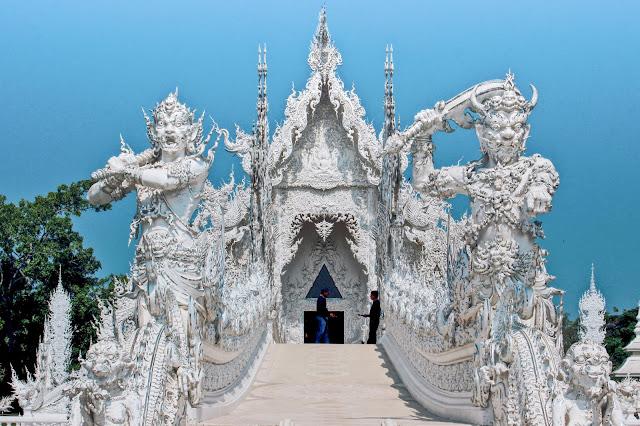 """Trước cổng thiên đường là 2 vị hộ pháp hùng dũng uy nghi, được điêu khắc vô cùng tinh xảo, tượng trưng cho """"hòa bình"""" và """"chết chóc"""". Việc đặt cổng thiên đường ở vị trí này cũng ám chỉ con người sau khi thoát khỏi bể khổ sẽ tới miền cực lạc."""