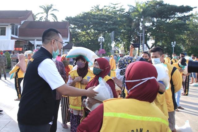 Gubernur NTB berikan bantuan sosial kepada 958 petugas kebersihan
