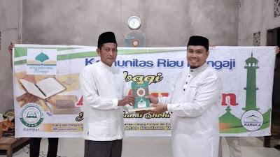 Komunitas Riau Mengaji, Salurkan Wakaf Al quran di TPA Shirotal Mustaqim.