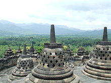 Stupa Borobudur dengan jajaran perbukitan Menoreh. Selama berabad-abad bangunan suci ini sempat terlupakan.