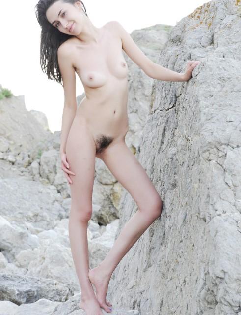 www.eroticaxxx.ru: Teen small tits! Эротика фото «showybeauty.com»: девушка снимает бикини и голая на камне гладит маленькие титьки и показывает небритую письку!