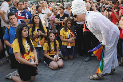 Ativista gay vocifera contra os jovens católicos que rezam