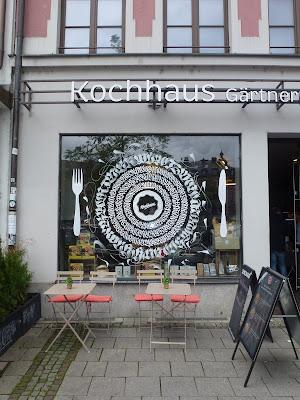 Kochhaus-Schaufenster-Deko von Patrick Hartl | am Gärtnerplatz | München
