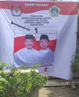 Banner 9 meter di depan rumah Gus Fik