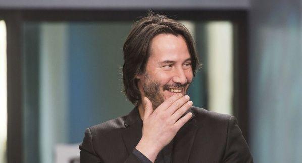 Todo un caballero, Keanu Reeves no toca a sus fans cuando le piden una foto