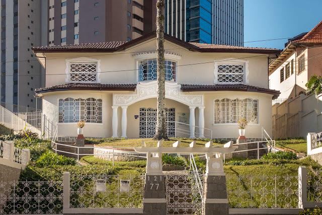 Outra bela casa na Avenida Munhoz da Rocha