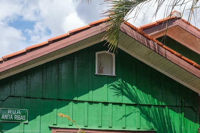 Detalhe de capelinha em casa de madeira