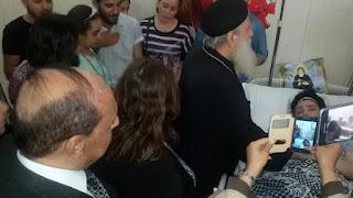 بالصور..القمص مكاري يونان في زيارة لمصابي مذبحة دير الأنبا صموئيل