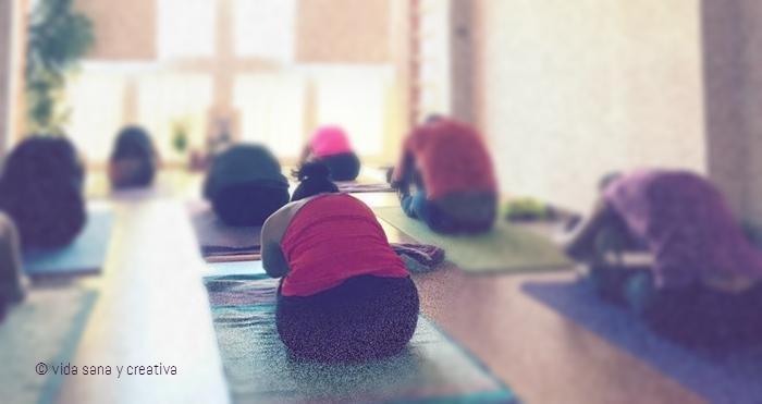 Asanas durante una práctica de ashtanga yoga en Pranayoga Málaga.