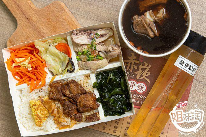 新興區赤崁嫩骨飯-油雞雙拼嫩骨便當,排骨滿溢的當歸湯,美味又實惠的便當好選擇。