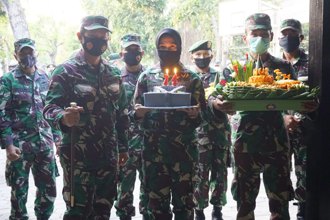 Geruduk Kediaman Kapolres, Dandim Ngawi Bersama Anggota Beri Kejutan HUT Bhayangkara Ke 74
