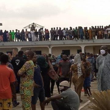 Tears as crowd gather in Ijebu for Kashamu's burial [VIDEO]
